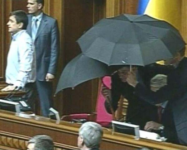 Владимира Литвина закидали яйцами на заседании Верховной Рады