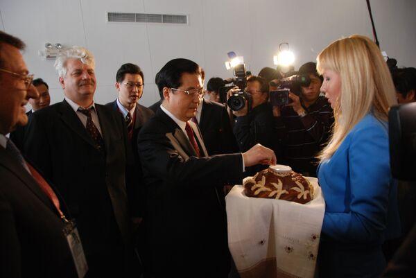 Председатель КНР Ху Цзиньтао стал первым китайцем, посетившим российский павильон на Всемирной универсальной выставке ЭКСПО-2010 в Шанхае
