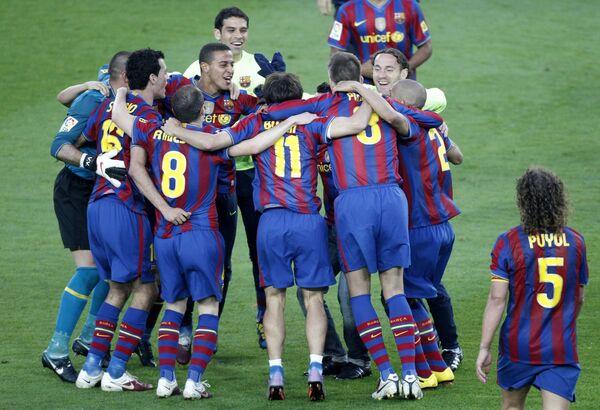 Игроки Барселоны празднуют победу в чемпионате Испании 2010 г.
