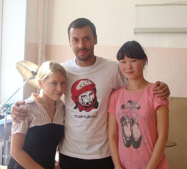 Илья Екушевский, организатор «Клуба волонтеров», с воспитанницами детского дома