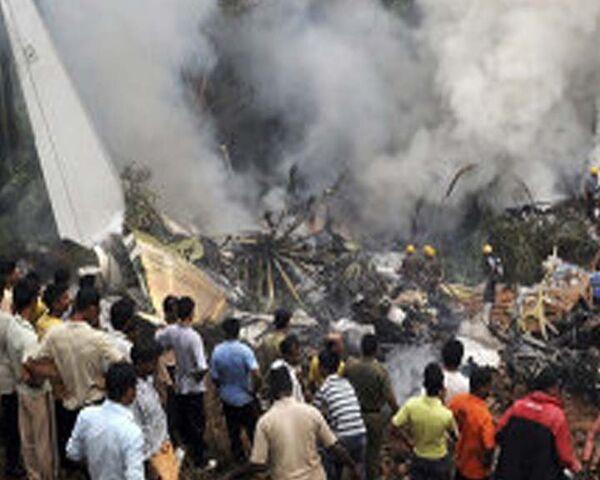 Пассажирский самолет разбился в Индии. Видео с места авиакатастрофы