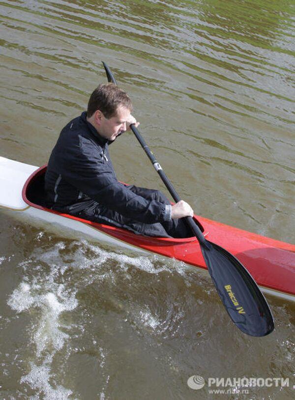 Дмитрий Медведев на байдарке прошел дистанцию на одном из каналов в районе Стрельны