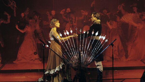 Актеры Николай Караченцов и Елена Шанина в сцене из рок-оперы Юнона и Авось