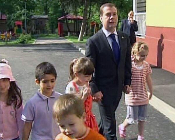Медведев рассказал детям, что не любил тихий час в детском саду
