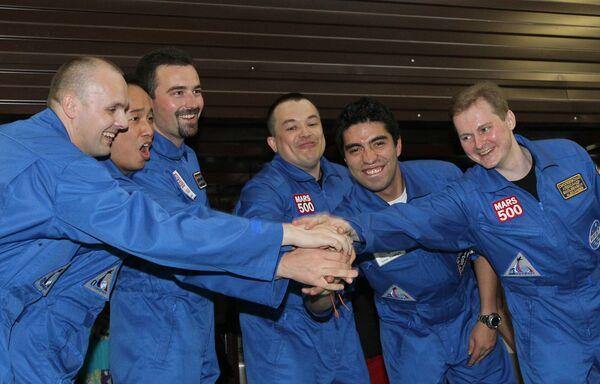 Участники экипажа эксперимента по моделированию полета на Марс. Архив