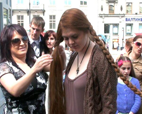 Семьдесят девушек сплелись косами в честь дня рождения Петра I