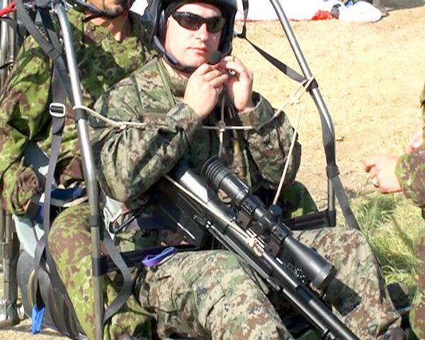 Снайпер взял на прицел террористов с борта паралета