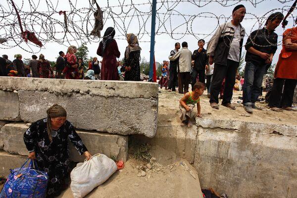 Беженцы из Кыргыстана переходят границу. Архив