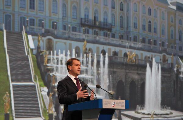 Выступая на ПМЭФ, Дмитрий Медведев заявил, что Россия готова вернуться к вопросу о снижении налогов при благоприятных экономических условиях