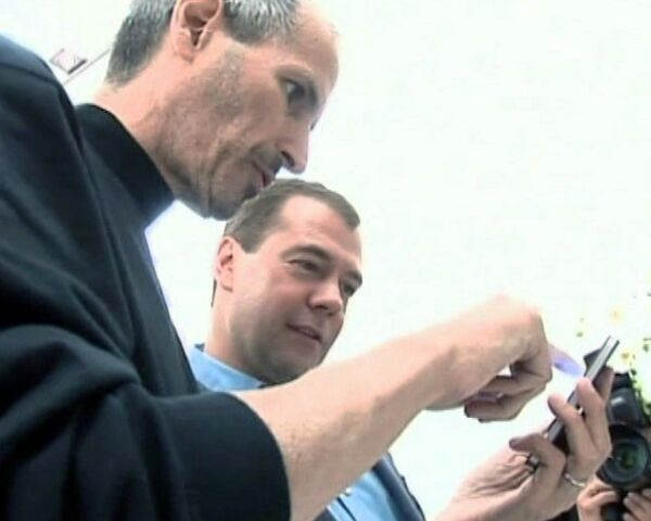 Джобс подарил Медведеву новый iPhone за сутки до старта продаж