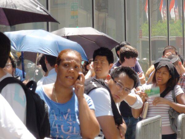 Продажи iPhone 4 в Нью-Йорке начались с 10-часовых очередей