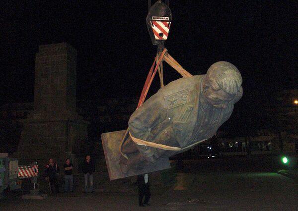 Демонтаж памятника Сталину в грузинском Гори