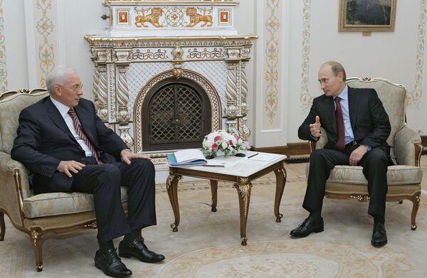 Председатель правительства РФ Владимир Путин, премьер-министр Украины Николай Азаров (справа налево)