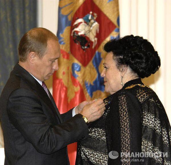 В.Путин вручает Л.Зыкиной орден Свя. апостола Андрея Первозванного