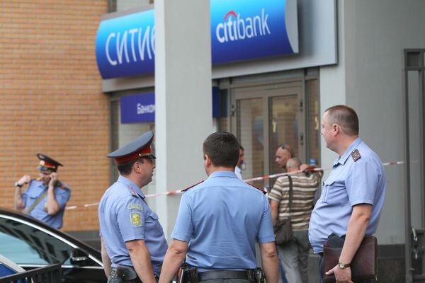 Сотрудники правоохранительных органов работают в отделении Сити-банка, где был совершен вооруженный налет