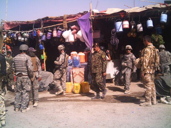 Американские и британские военные прочесывают базар в уезде Сангин провинции Гельменд. Архив