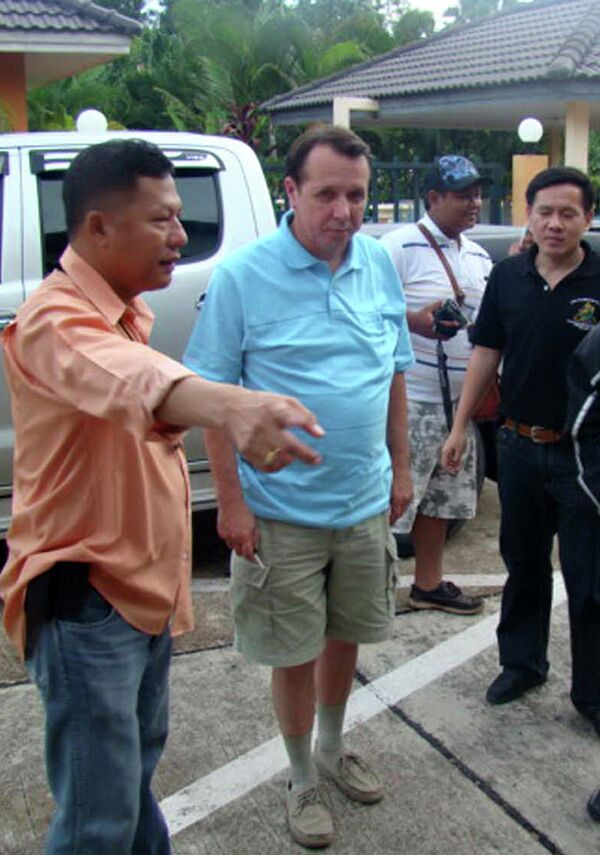 Пианист Михаил Плетнев во время допроса полицией Таиланда 5 июля 2010 г.