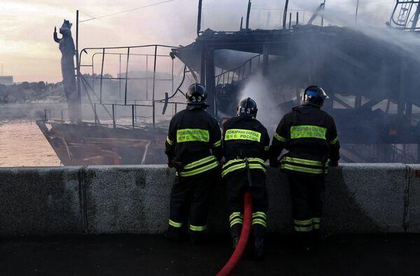 Пожар в плавучем ресторане Мама Зоя в центре Москвы