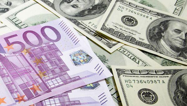 Денежные купюры. Доллары США. Евро, архивное фото