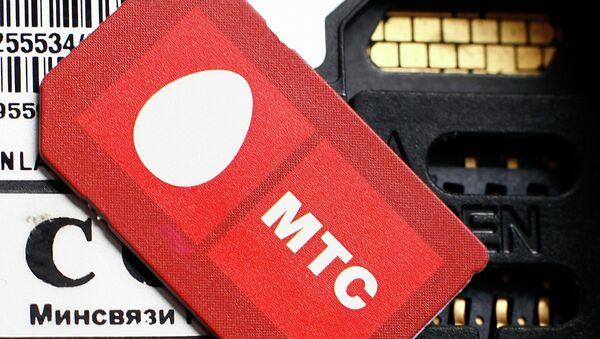 Сим-карта с логотипом оператора сотовой связи МТС. Архив