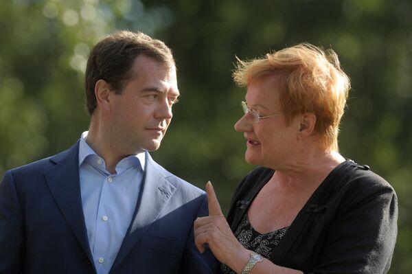 Дмитрий Медведев и Тарья Халонен в парке Култаранта
