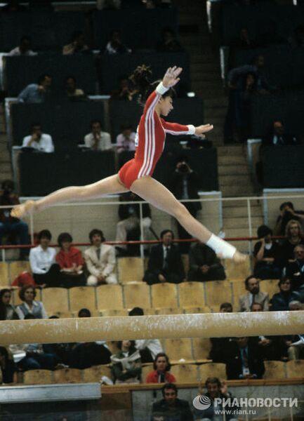 Гимнастка Наталья Шапошникова во время выполнения упражнения на бревне