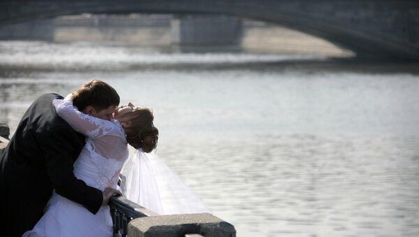 Молодожены на Лужковом мосту