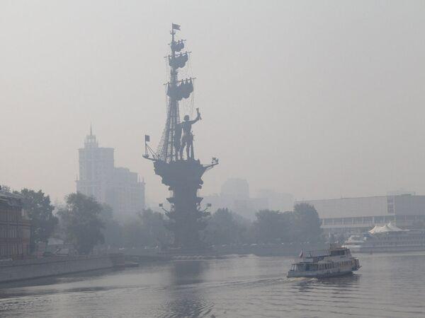 Дым от торфяных пожаров окутал практически всю Москву