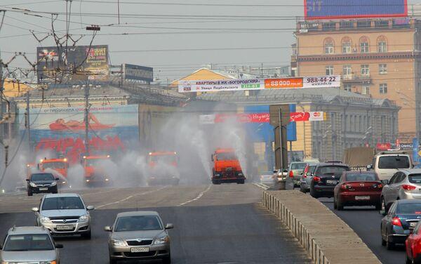 Поливка улиц в центре Москвы. Архив