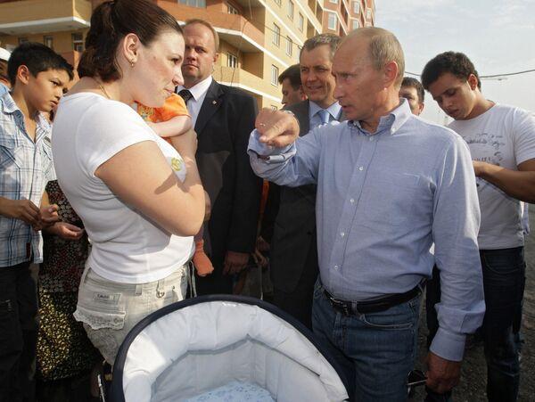 Премьер-министр РФ Владимир Путин посетил поселок Знамя Октября в Подольском районе Подмосковья