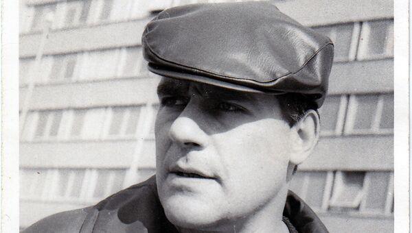 Писатель Сергей Довлатов на фоне таллинского дома печати. 1974 год
