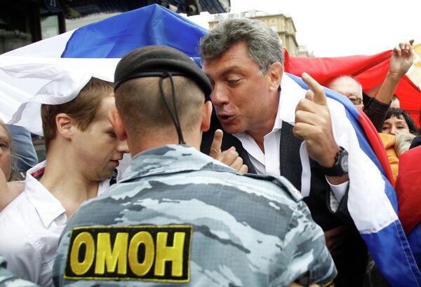 Борис Немцов на митинге оппозиции в честь Дня российского флага