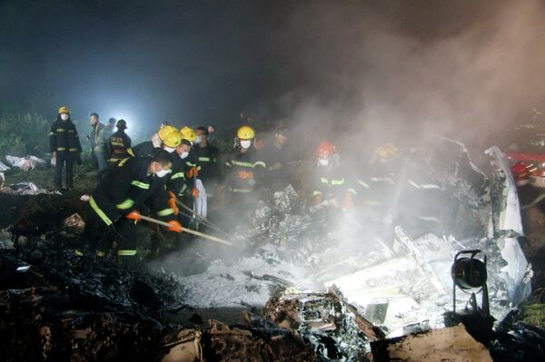 На месте крушения самолета в Китае 24 августа 2010 года
