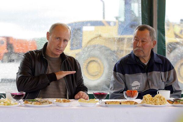 Премьер-министр РФ Владимир Путин пообщался с дорожными рабочими на трассе Хабаровск - Чита
