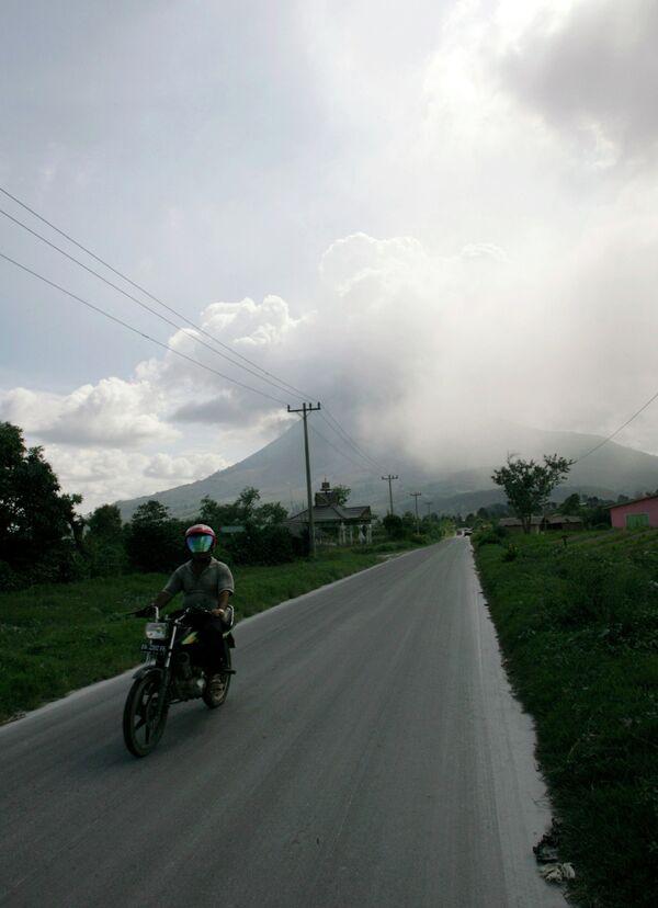 Вулкан Синабун в Индонезии