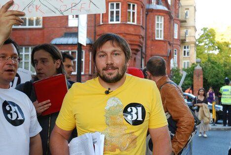 Митинг в Лондоне в поддержку Стратегии 31. Экс-глава компании Евросеть Евгений Чичваркин, как и обещал, был в желтой майке