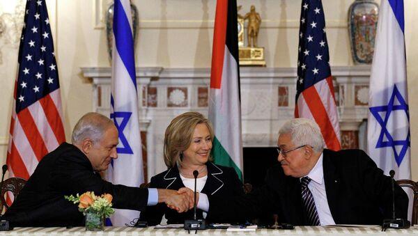 Премьер Израиля Биньямин Нетаньяху, госсекретарь США Хилари Клинтон и глава ПНА Махмуда Аббаса во время переговоров в Вашингтоне