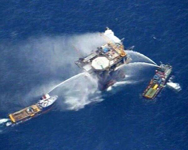 Пожар на вышке в Мексиканском заливе тушили с кораблей и вертолетов