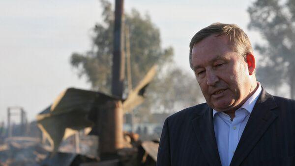 Губернатор Алтайского края Александр Карлин в сгоревшей деревне Николаевка