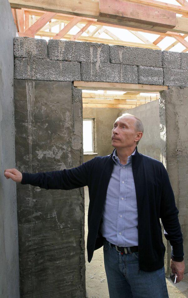 Премьер-министр РФ Владимир Путин в деревне Иватино. Архив