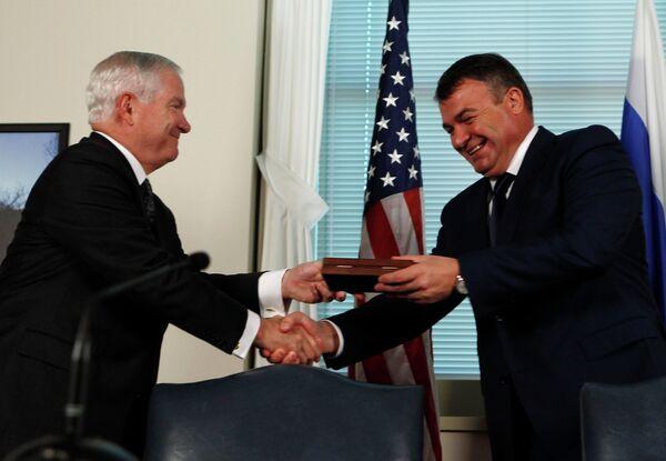 Министры обороны РФ и США Анатолий Сердюков и Роберт Гейтс на переговорах в Пентагоне