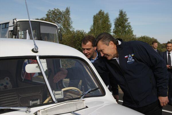Президенты России и Украины Д.Медведев и В.Янукович приняли участие в этапе автопробега Петербург-Киев