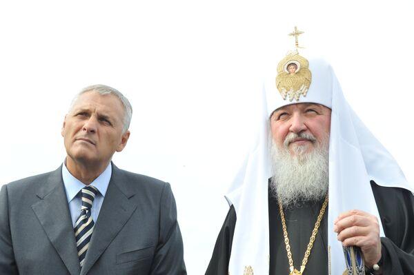 Губернатор Сахалинской области Александр Хорошавин и Патриарх Кирилл (слева направо) в аэропорту Южно-Сахалинска