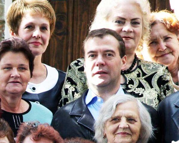 Медведев побывал на родине деда и подарил пенсионерам автобус