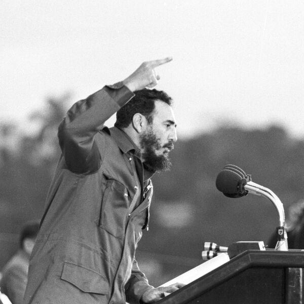 Фидель Кастро выступает на митинге. Архив