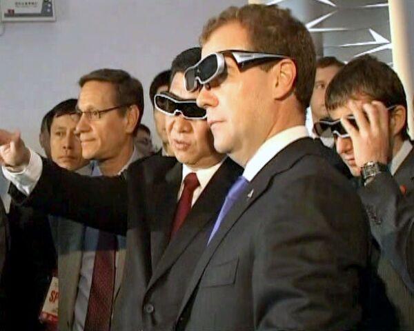 Медведев на ЭКСПО-2010 увидел олимпийский Сочи в 3D-формате