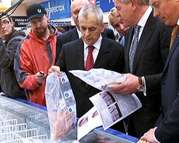 Онищенко лично проверил качество мороженой рыбы в магазине