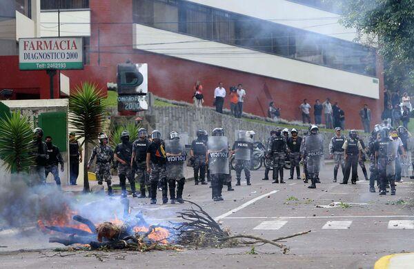 Полиция Эквадора во время разгона сторонников президента страны Рафаэля Корреа