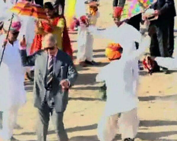 Принц Чарльз станцевал с индийцами под звуки барабанов