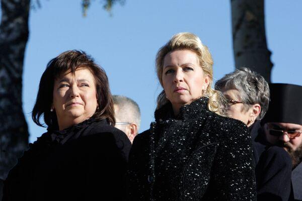 Анна Коморовская во время посещения мемориала в Катыни